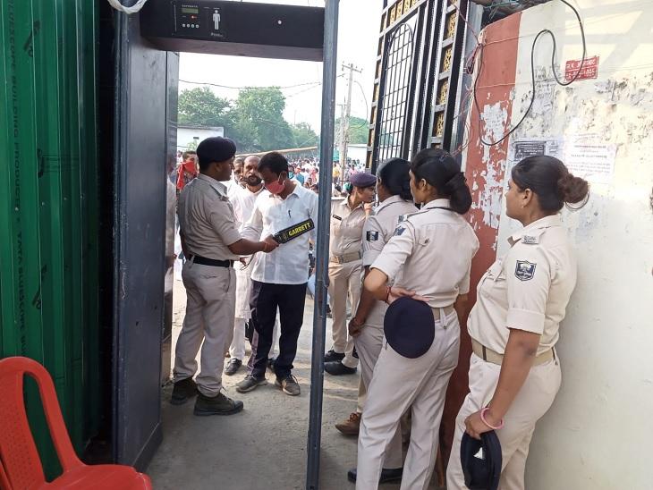 मतगणना केंद्र पर जांच करती पुलिस। - Dainik Bhaskar