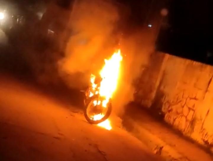पत्नी व दो बच्चों के साथ शादी में जा रहा था, अचानक बाइक बंद हुई, आग लगी, 30 मिनट तक जलती रही, दमकल के पहुंचने से पहले जलकर राख|कोटा,Kota - Dainik Bhaskar