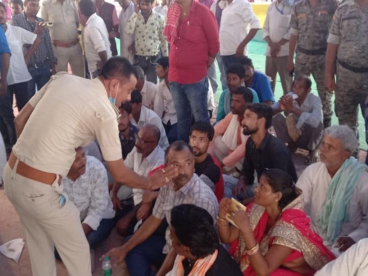 उजियारपुर से नाराज प्रत्याशी व समर्थक जमीन पर बैठे, बिना सूचना ईवीएम मशीन खोलने पर जताया विरोध समस्तीपुर,Samastipur - Dainik Bhaskar