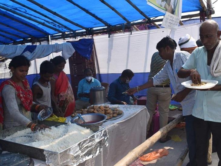 जीविका दीदी के द्वारा लगाए स्टॉल पर खाने की शिकायतें भी लोग कर रहे हैं। - Dainik Bhaskar