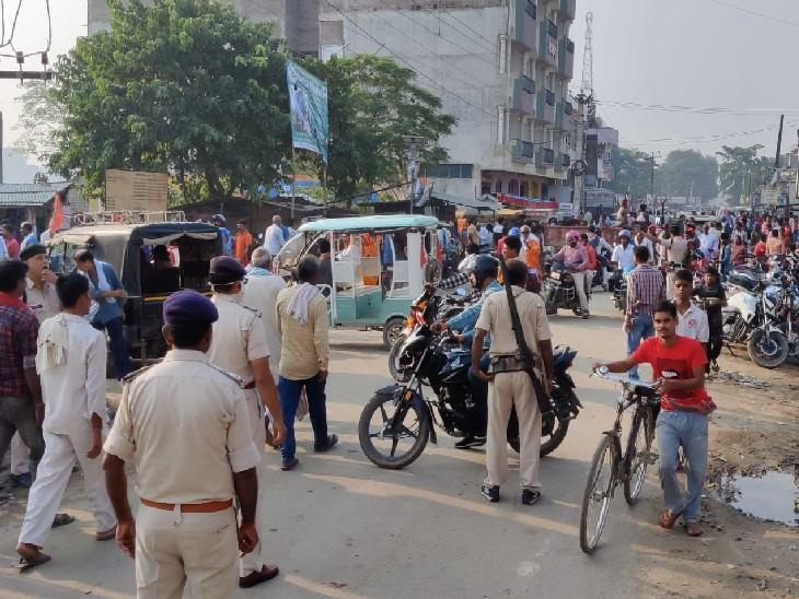 खगड़िया में मतदान केंद्र के बाहर लगी भीड़।