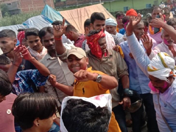 विजयी उम्मीदवारों को समर्थकों ने फूल मालाओं से लाद दिया और कंधे पर बैठाकर भांगड़ा डांस करतेहुए जिंदाबाद के नारे लगाकर जश्न मनाते दिखे। - Dainik Bhaskar