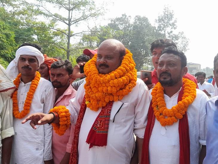 जीत के बाद एक प्रत्याशी और उनके समर्थक। - Dainik Bhaskar