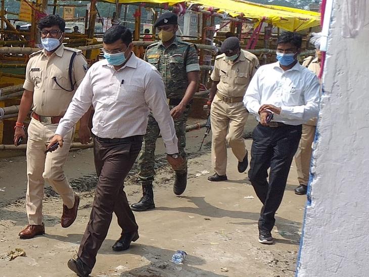 बेतिया डीएम कुंदन कुमार और एसपी उपेंद्र नाथ वर्मा मतगणना केंद्रों का निरीक्षण करते हुए।