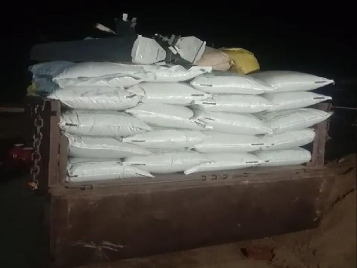 84 बोरी खाद मुरैना में ब्लैक में बेचने ले जाई जा रही थी, किसानों ने किया हंगामा, बॉर्डर क्रॉस होने से पकड़ी खाद|ग्वालियर,Gwalior - Dainik Bhaskar