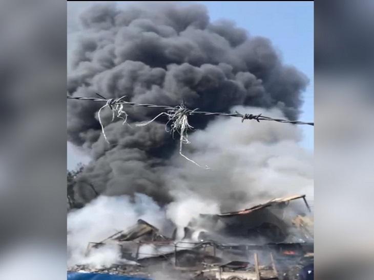कूड़े के ढ़ेर से निकली चिंगारी से फैली आग; सिलेंडर फटने से हुए धमाके, फायर ब्रिगेड काबू करने में जुटी|जालंधर,Jalandhar - Dainik Bhaskar