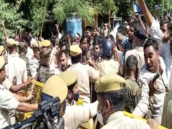 बीजेपी प्रदेशाध्यक्ष सतीश पूनियां भी REET पर्चा लीक के विरोध में रैली में हुए शामिल, पुलिस ने बैरिकेट्स लगाकर रोका तो धरने पर बैठे|राजस्थान,Rajasthan - Dainik Bhaskar