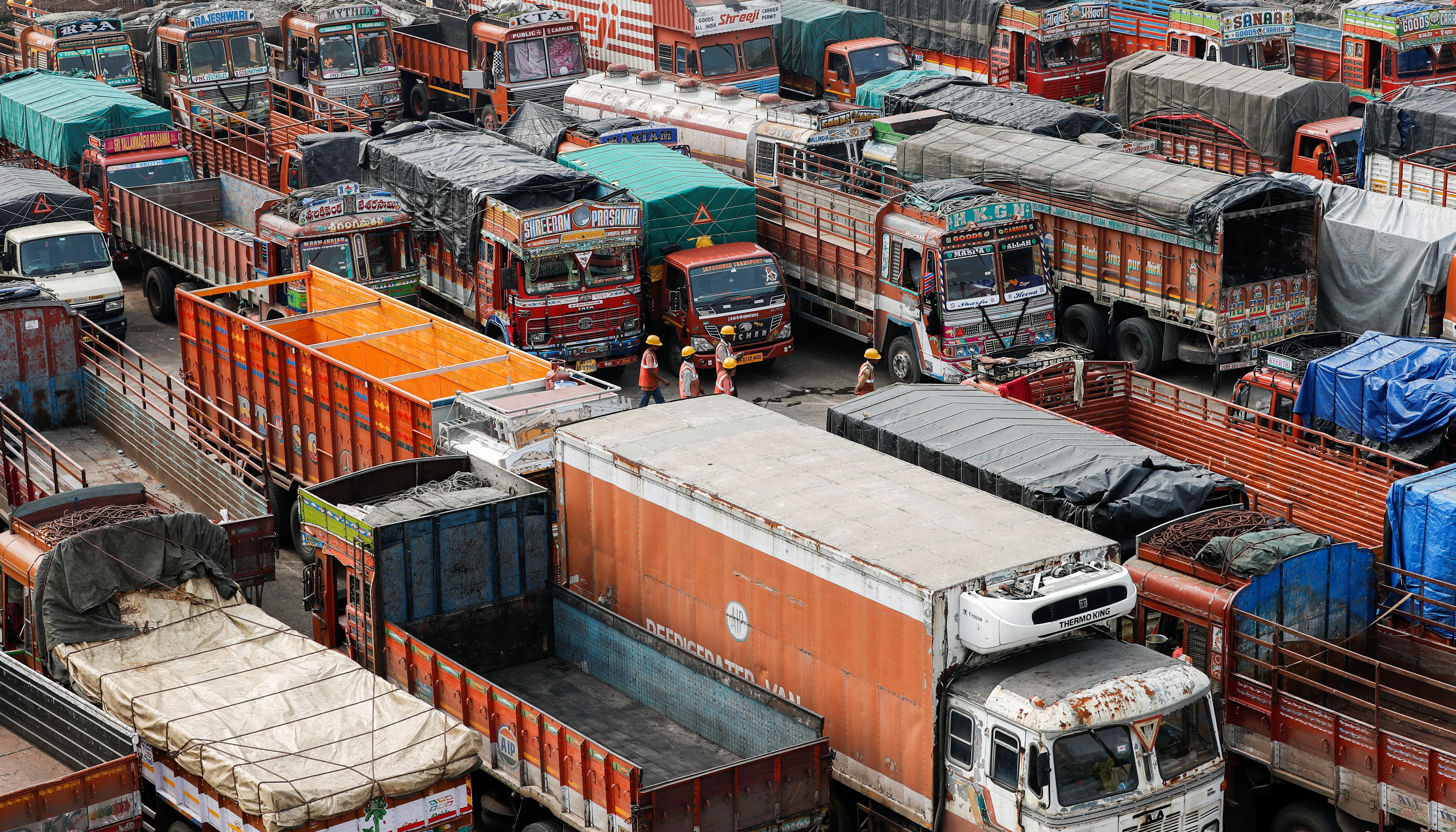 बंद के आवाहन के बाद नवी मुंबई में एक गोदाम के बहार खड़े ट्रक।