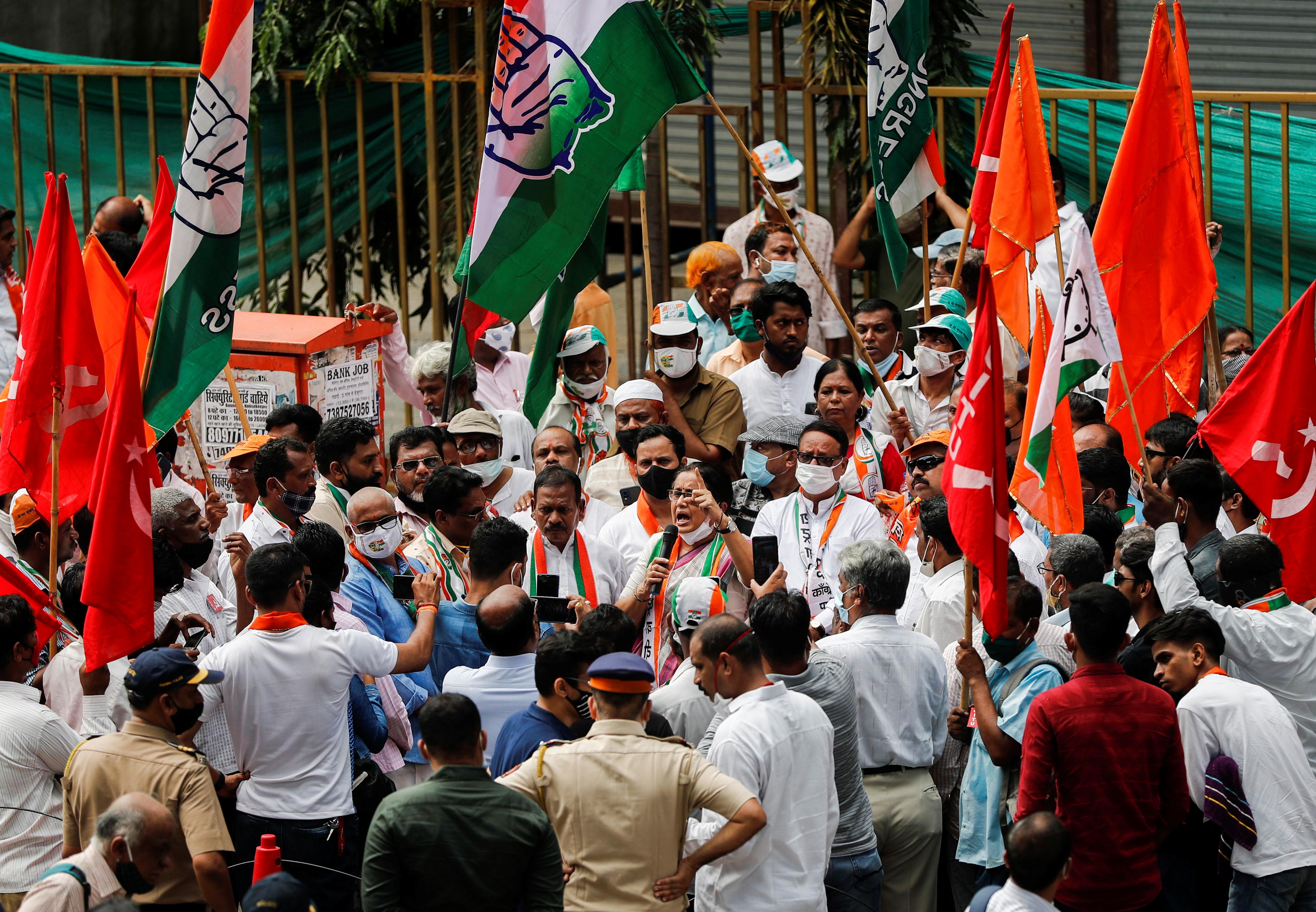 मुंबई में शिवसेना, कांग्रेस और सीपीआई के कार्याकर्ताओं ने साथ मिलकर प्रोटेस्ट किया।