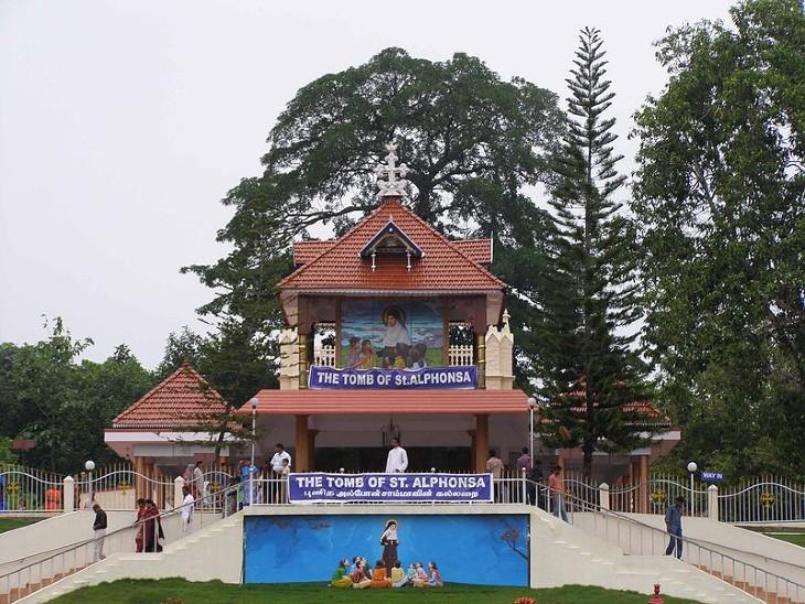 केरल में स्थित सिस्टर अल्फोंसा की टॉम्ब।