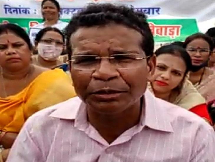 कांग्रेस के प्रदेश अध्यक्ष मोहन मरकाम ने सिलगेर गोलीकांड में मारे गए आदिवासी किसानों के परिवार पर नक्सलियों का दबाव होने का दावा किया है। - Dainik Bhaskar