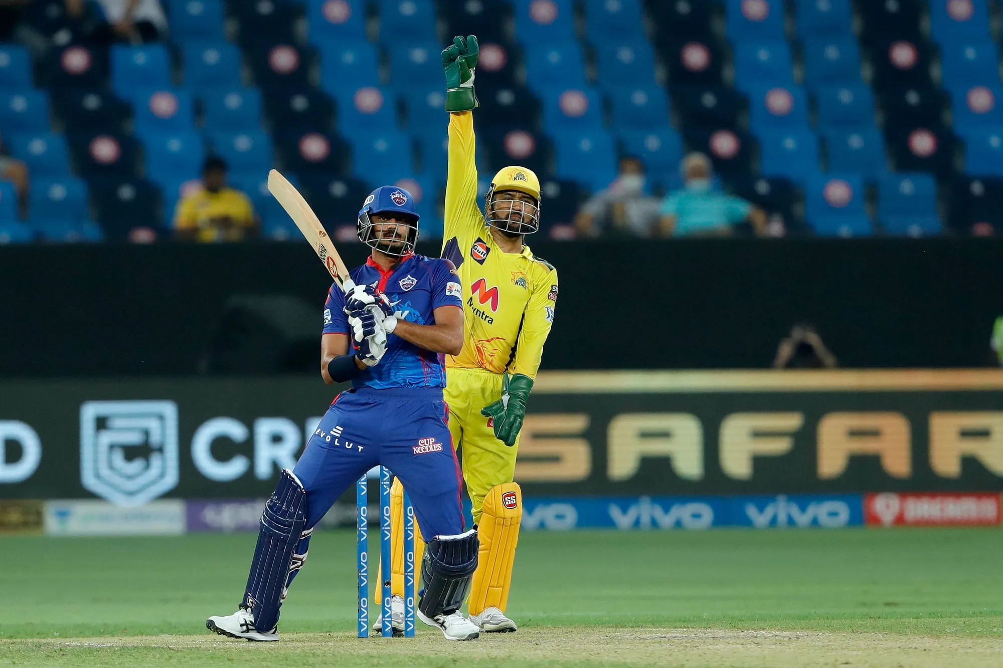 किसी बड़ी लीग के बड़े मैच में बतौर कप्तान ऋषभ पंत का ये पहला मैच था। इसमें उन्होंने साहसिक फैसले भी किए, लेकिन उनके सारे फैसले गलत साबित हुए। इसलिए कमेंट्रेटर्स ने भी उन्हें युवा कप्तान कहकर मजाक बनाया। असल में जब दिल्ली की पारी के 2 विकेट गिरे तो उन्होंने अक्षर पटेल को बैटिंग के लिए भेज दिया। जबकि खुद और सिमरन हेटमायर जैसे बल्लेबाजों को स्टैंड में बिठाए रखा। अक्षर ने 11 गेंद में 10 रन की एक धीमी पारी खेली, जिससे दिल्ली के तेज रफ्तार से चल रही रन गति अचानक धीमी हो गई।