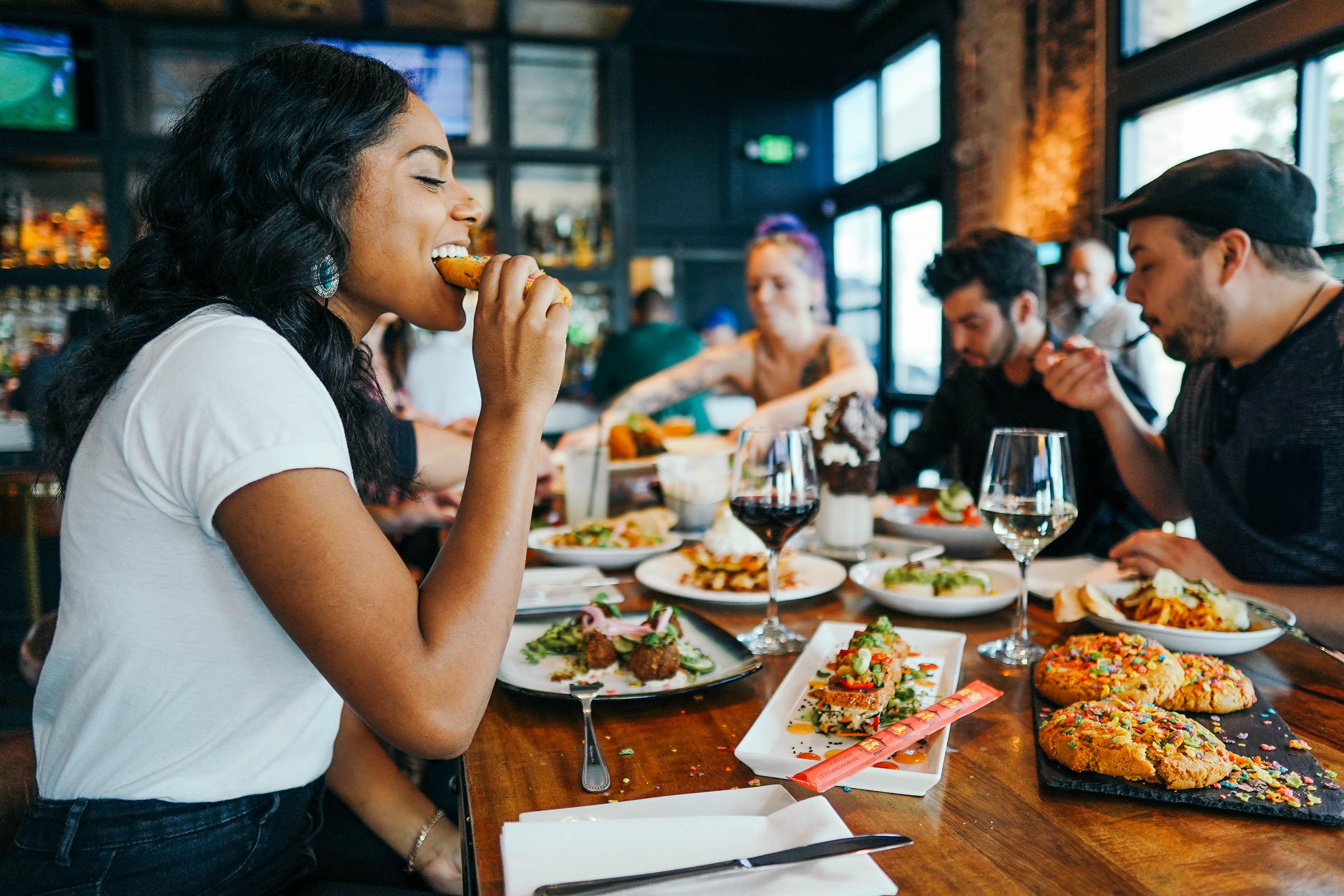 डाइटीशियन और न्यूट्रिशनिस्ट का कहना है कि छुट्टियों में हम रिलैक्स हो जाते हैं और खाने-पीने को खूब एंजॉय करते हैं। इससे वजन तेजी से बढ़ने लगता है। इसे कंट्रोल करना मुश्किल हो जाता है। -सिम्बॉलिक इमेज
