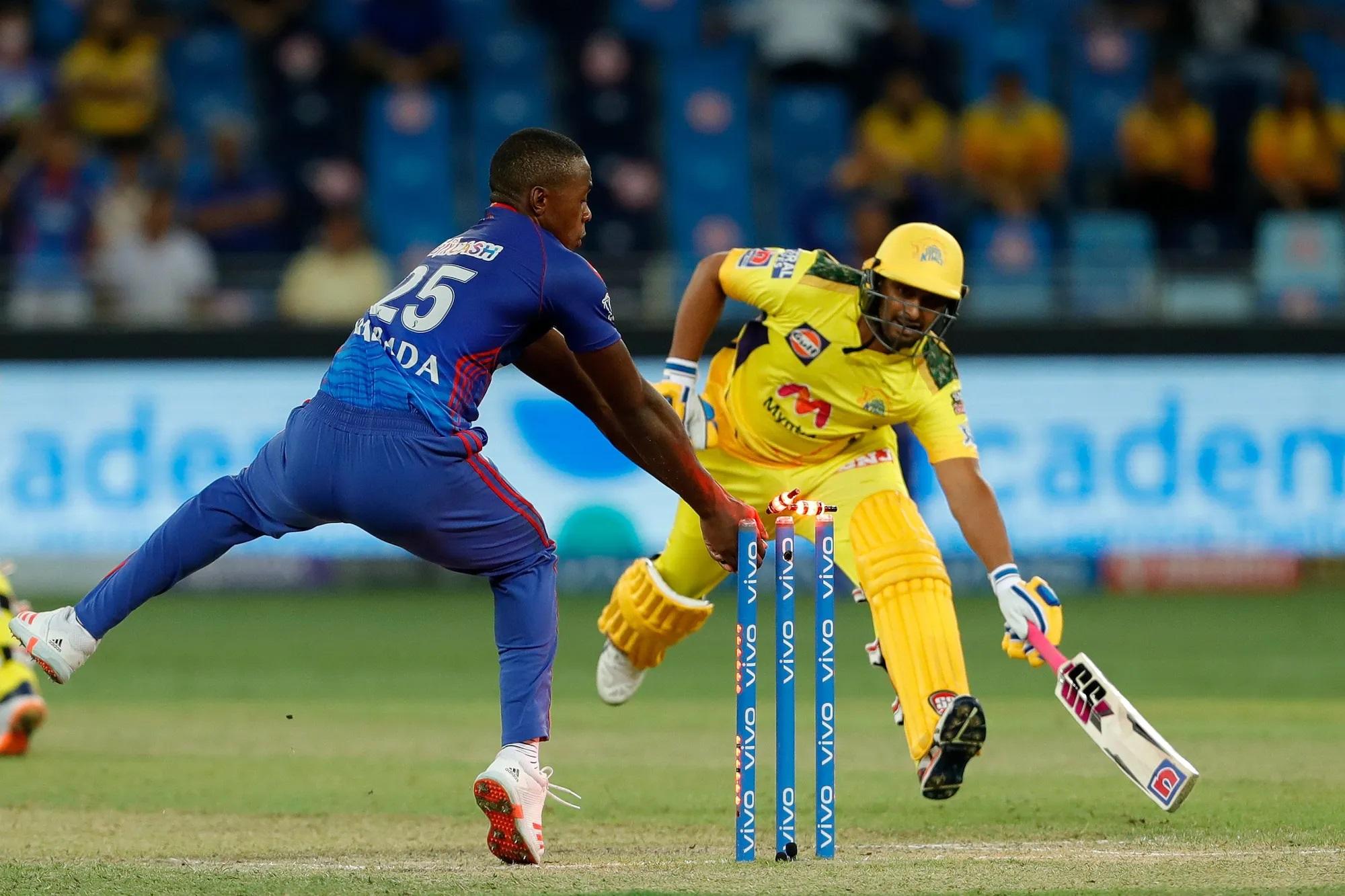 श्रेयस अय्यर के एक कमाल के थ्रो के चलते चेन्नई के मध्य क्रम के सबसे तगड़े बल्लेबाज अंबाती रायडू भी रन आउट हो गए। यहां पर पहली बार लगा कि अब चेन्नई के हाथ से ये मैच निकल गया, क्योंकि उथप्पा जब आउट हुए तो चेन्नई का स्कोर113 रन पर 3 विकेट था। इसके बाद सिर्फ 119 रन, यानी 6 रन के बीच चेन्नई के 4 विकेट गिर चुके थे।
