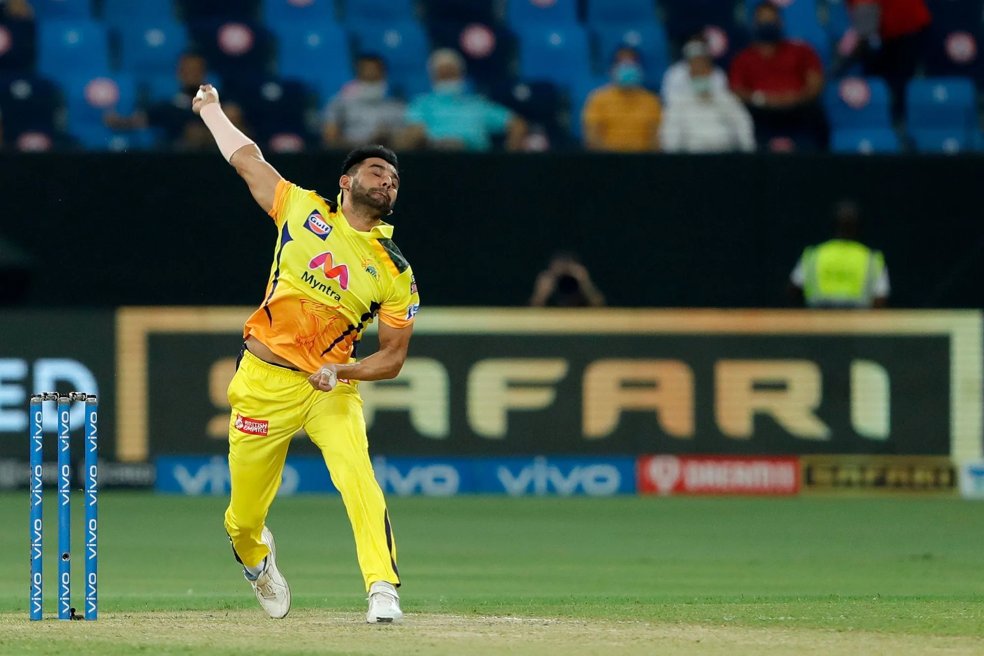एक मैच पहले स्टेडियम में अपने प्यार का इजहार करने वाले चेन्नई के फास्ट बॉलर दीपक चाहर के लिए ये मैच अच्छा नहीं रहा। धोनी ने उन पर इतना भरोसा किया कि ऑस्ट्रेलियाई गेंदबाज जॉश हेजलवुड के रहते हुए भी पहला ओवर दीपक चाहर को दिया, लेकिन वो पहली ही गेंद पर लड़खड़ा गए। इसके बाद पूरे मैच में लय में वापस नहीं आ पाए। आलम ये रहा कि उनके 1 ओवर में पृथ्वी शॉ ने चार चौके जड़ दिए। इसके बाद धोनी ने दीपक से चौथा ओवर भी नहीं कराया।