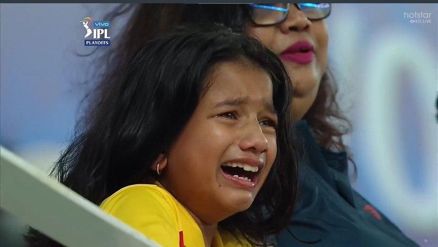 पहली गेंद पर धोनी ने बल्ला भांजा, लेकिन आवेश खान की गेंद और धोनी के बल्ले में दूर तक कोई संपर्क नहीं। गेंद विकेट कीपर पंत के दस्ताने में जाकर समा गई। उधर स्टेडियम में चेन्नई की जर्सी पहनकर बैठी करीब 8 से 10 साल की एक बच्ची चीख-चीख कर रोने लगी। उसके साथ खड़ी महिला उसे गले लगाकर आंसू पोछ कर किसी तरह चुप कराने लगीं, लेकिन बच्ची ने चुप होने का नाम नहीं लिया।