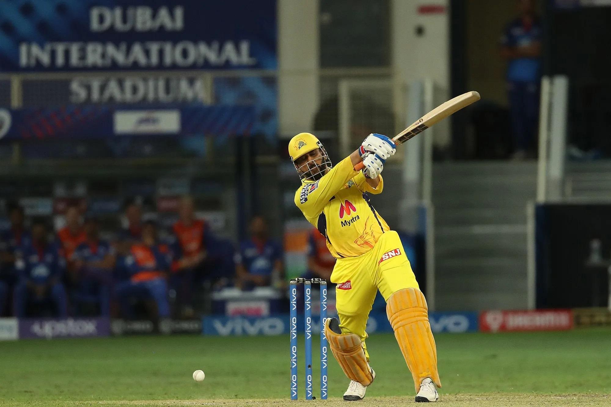 कैच पकड़े जाने से पहले धोनी और मोइन अली ने अपने छोर बदल लिए थे। इसिलए अब 5 गेंद में 13 रन बनाने थे महेंद्र सिंह धोनी को। धोनी ने सिर्फ 3 गेंद में ही लक्ष्य हासिल कर लिया। उन्होंने 3 लगतार चौके मारे। बीच में टॉम ने एक गेंद वाइड फेंक दी थी। इसलिए धोनी की चेन्नई ने 2 गेंद रहते ये मैच जीत लिया था। धोनी ने महज 6 गेंद में 18 रन की पारी खेली थी।