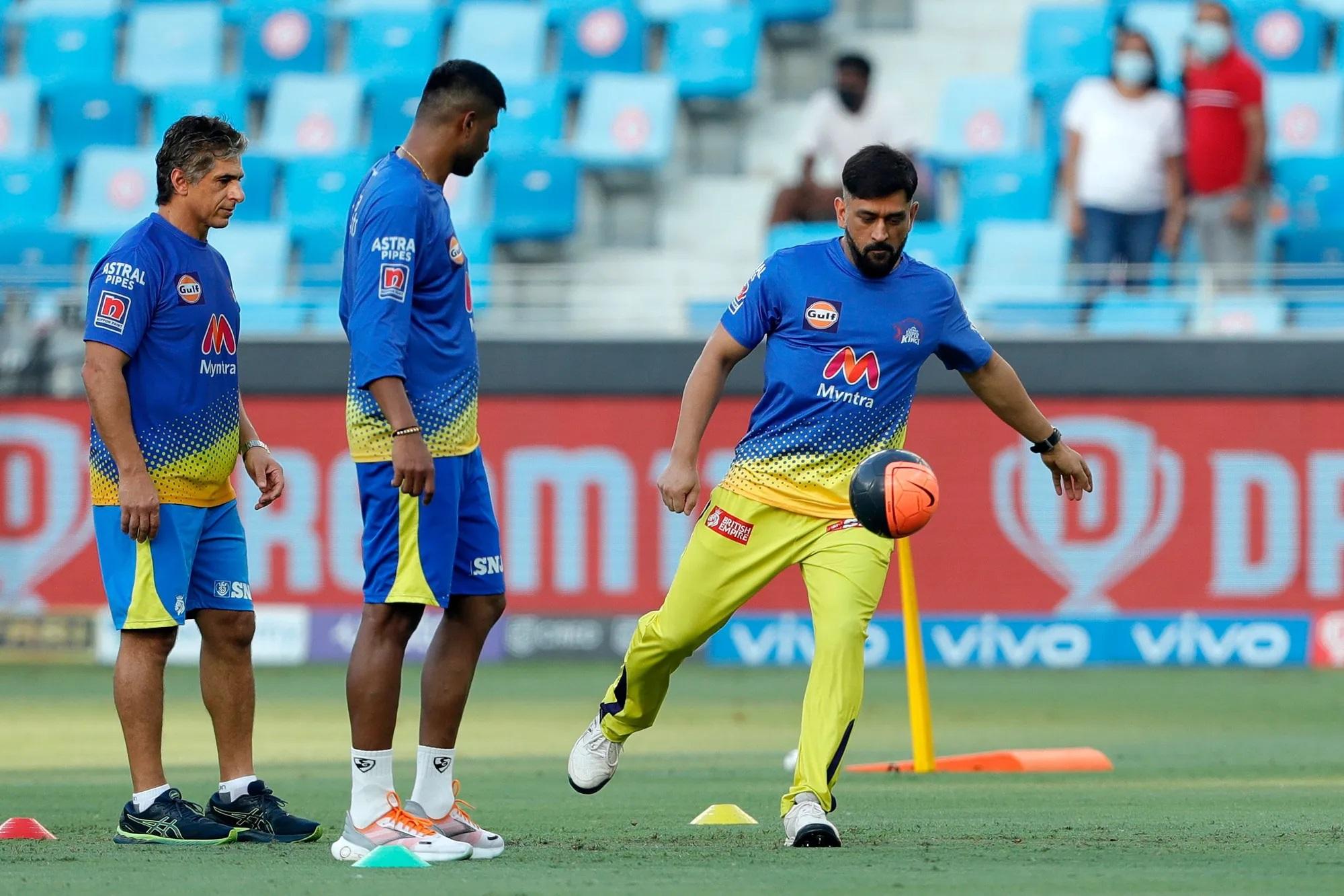 इस जबर्दस्त रोमांचक मैच की शुरुआत हुई महेंद्र सिंह धोनी के फुटबॉल खेलने से। ये उनके प्रैक्टिस का जुदा अंदाज है। लोग मैच से पहले बैटिंग, बॉलिंग औैर कैच प्रैक्टिस का अभ्यास करते हैं, लेकिन धोनी मैच से पहले उसी मैदान में फुटबॉल खेलते हैं।