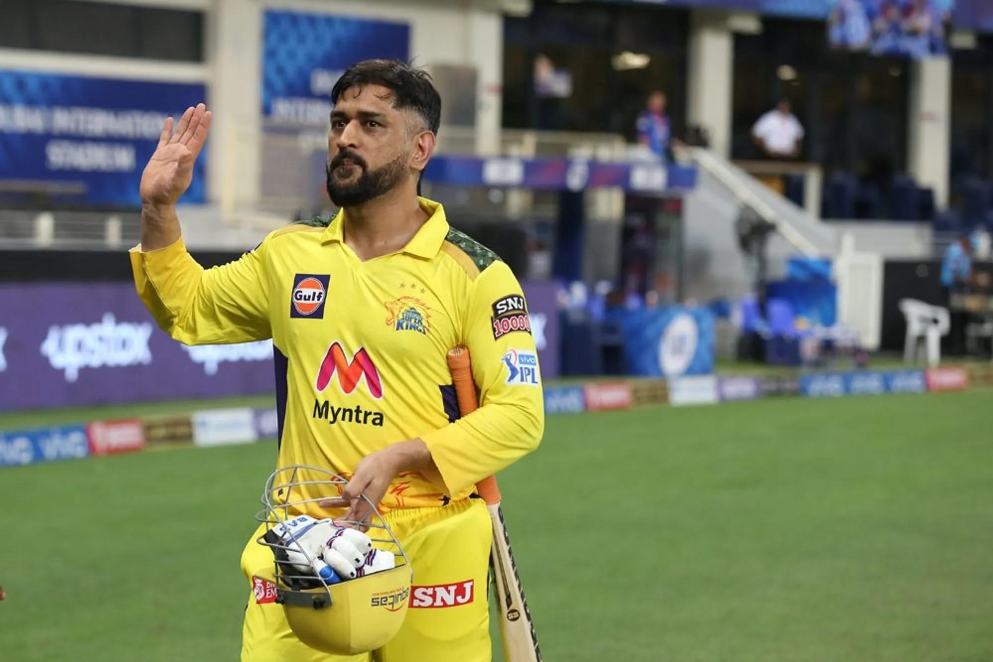 और यहां से शुरू होता है मैच का वो पीरियड जब CSK के फैन्स, धोनी के फैन्स और क्रिकेट के फैन्स की सांसे तेज हो गई थीं। चेन्नई की पारी के 19वें ओवर पहली गेंद थी और 70 रन बनाकर खेल रहे ऋतुराज गायकवाड़ आउट हो गए। अभी मैच जीतने के लिए 11 गेंदों में 24 रन चाहिए थे। बल्ला लेकर मैदान में धोनी आ रहे थे। कमेंट्री कर रहे गावस्कर, पठान और आकाश चोपड़ा पहले से ही धोनी के उस फैसले की आलोचना कर रहे थे जो उन्होंने टॉप ऑर्डर में शार्दुल ठाकुर को बैटिंग करने भेज दिया था। अब ऐसे मौके पर धोनी के आने के फैसले पर भी आकाश बोले कि यह समय रवींद्र जडेजा को क्रीज पर होने का है, लेकिन धोनी खुद आए।