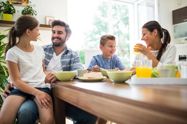 एक साथ खाने की आदत डालें