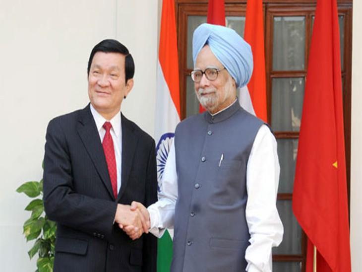 वियतनाम के पूर्व राष्ट्रपति ट्रूओंग टैन सांगो के साथ पूर्व भारतीय प्रधानमंत्री मनमोहन सिंह।