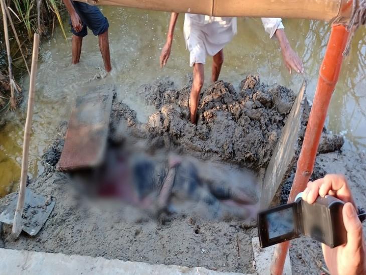 शव को खेत में दफनाकर आरोपी फरार, रस्सी से बंधे हुए थे हाथ और पैर; 15 दिन पहले ही यूपी से आया था|शाहजहांपुर,Shahjahanpur - Dainik Bhaskar