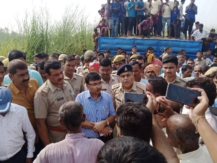तेज रफ्तार ट्रैक्टर ने स्कूटी पर मारी टक्कर, सिर के ऊपर से निकाला पहिया, चालक मौके से फरार|शाहजहांपुर,Shahjahanpur - Dainik Bhaskar