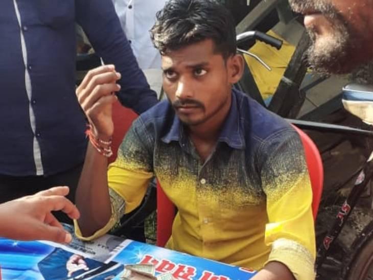 मेले में घूमने आने वालों को जुआ और सट्टा खिलाते थे, 1 का 20 गुना फायदा बताकर करते थे कंगाल; पुलिस ने हिरासत में लिया|महराजगंज,Maharajganj - Dainik Bhaskar