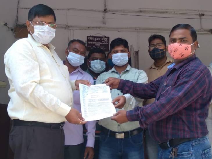 अधिकारियों पर उत्पीड़न और तानाशाही का आरोप लगाया, सीएम को संबोधित ज्ञापन डीएम को सौंपा रामपुर,Rampur - Dainik Bhaskar