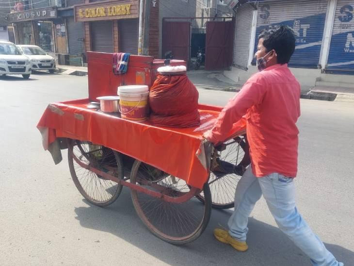 धनंजय पासवान पानीपुरी का ठेला लेकर जाते हुए। वे लंबे समय से यहां पानीपुरी बेच रहे हैं। वे कहते हैं कि कश्मीरी लोग हमारी पानीपुरी ज्यादा पसंद करते हैं।