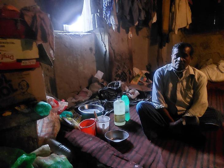 वीरेंद्र के साथ रहने वाले पंडा ठाकुर मजदूरी का काम करते हैं। वे भी कभी-कभी भेलपुरी का ठेला लगाते हैं।
