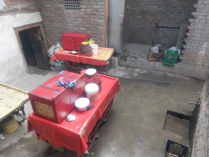 वीरेंद्र की मौत के बाद उनका पानीपुरी का ठेला सूना पड़ा है। वे पिछले दो साल से यहां पानीपुरी बेचने का काम करते थे।