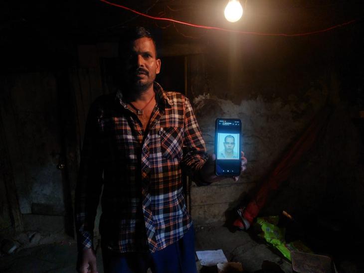 बिहार के बांका जिले के रहने वाले पंकज पासवान भी पानीपुरी बेचते हैं। वीरेंद्र इनके साथ ही रहते थे। वे मोबाइल पर वीरेंद्र की तस्वीर दिखा रहे हैं।