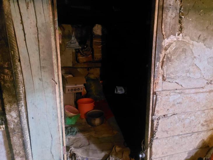 फोटो में- मृतक वीरेंद्र पासवान का किराए का कमरा। 6×4 के इसी कमरे में वे रहते थे। बिहार के बाकी मजदूर भी यहां ऐसे ही कमरों में गुजारा कर रहे हैं।