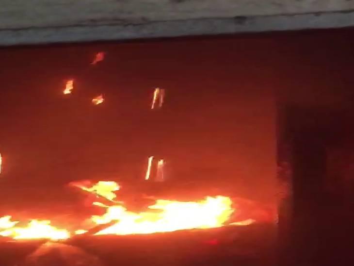 महाकाली मंदिर में शॉर्ट सर्किट से लगी आग, सभी लोगों को मंदिर से बाहर निकाला गया, कोई जन हानि नहीं|मिर्जापुर,Mirzapur - Dainik Bhaskar