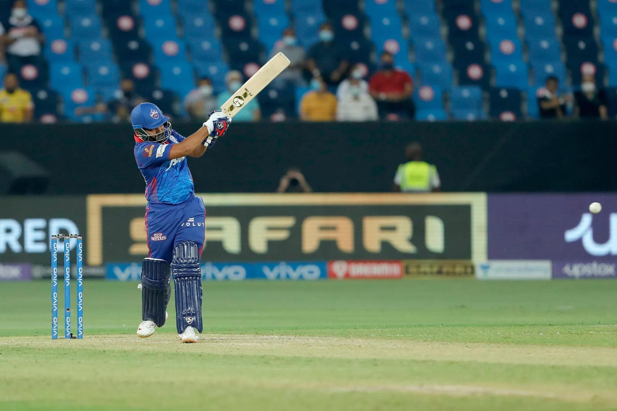 जब धोनी टॉस जीतकर अपने ड्रेसिंग रूम की ओर जा रहे थे तब दिल्ली के दूसरे खिलाड़ी तो नहीं लेकिन पृथ्वी शॉ भागते हुए आए। उन्होंने धोनी को हैलो बोला और हाथ मिलाया। धोनी ने भी उन्हें गुड लक बोल दिया। इसके बाद दिल्ली की पारी शुरू करने आए पृथ्वी ने 34 गेंद में 60 रन बना डाले। एक बार धोनी ने उनका कैच भी ड्रॉप किया।