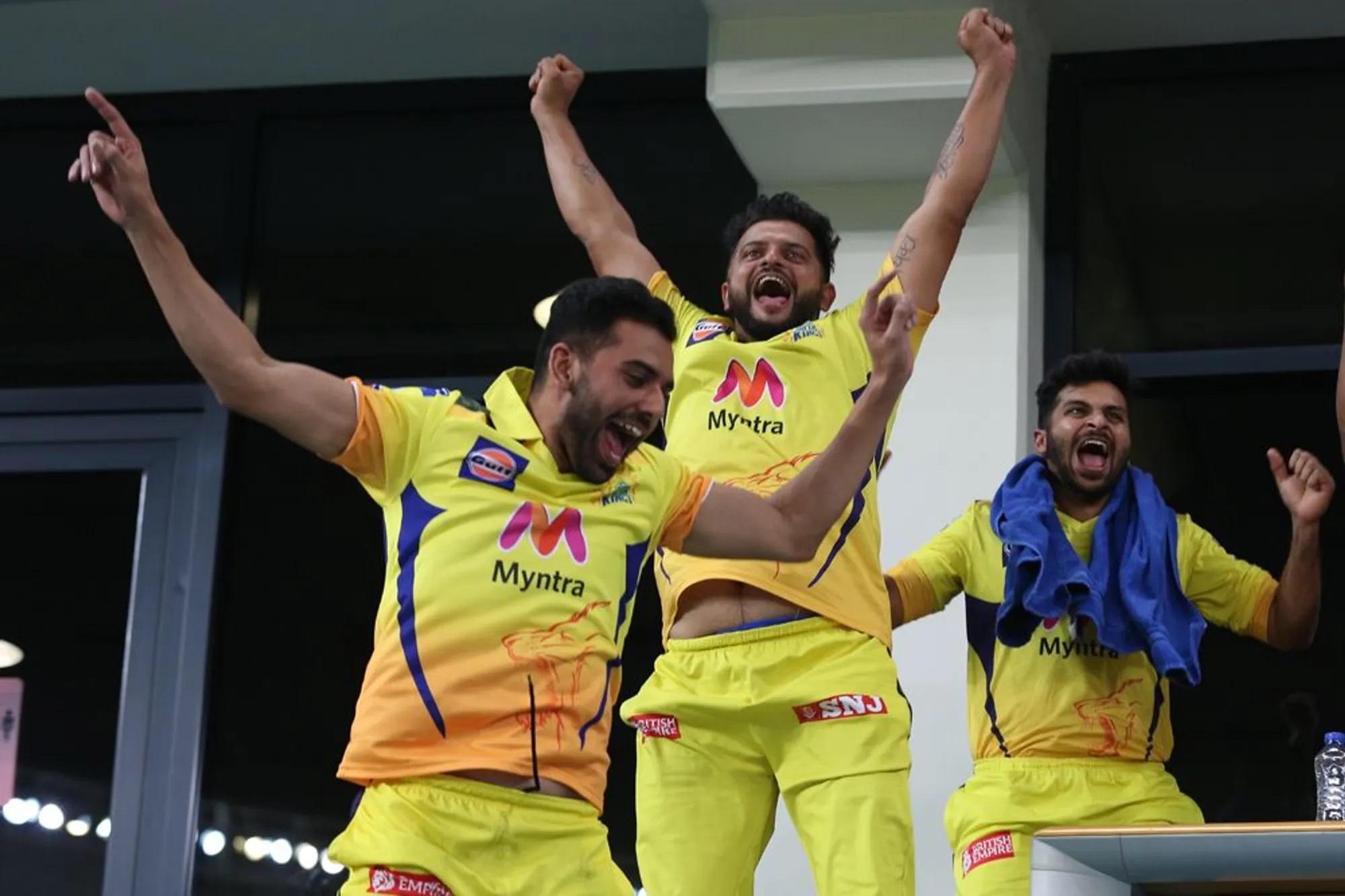 इधर धोनी ने विजयी चौका लगाया था उधर सुरेश रैना, दीपक चाहर और दूसरे खिलाड़ी स्टैंड में उछल पड़े।