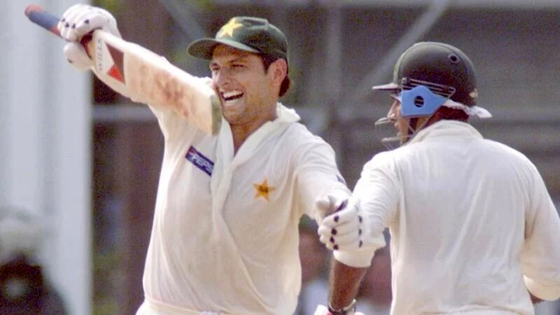 शाहिद अफरीदी ने श्रीलंका के खिलाफ 1996 में 102 रन बनाए थे। तब उनकी उम्र 16 साल 217 दिन थी।