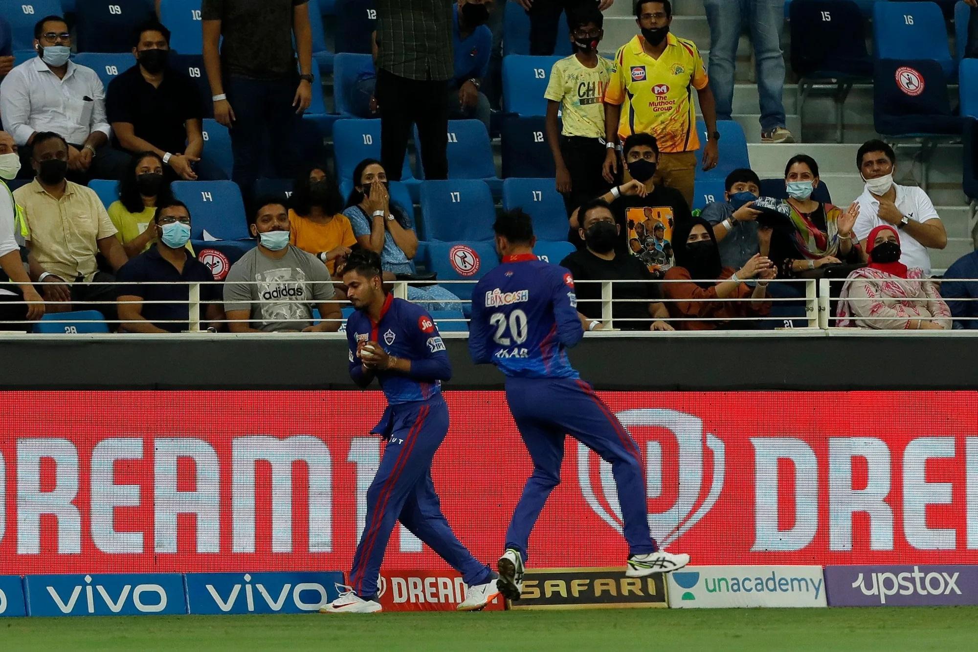 उथप्पा की पारी का अंत भी बेहद रोमांचक तरीके से हुआ। दिल्ली के पूर्व कप्तान श्रेयस अय्यर ने उथप्पा को आउट करने के लिए अपनी पूरी जान लगा दी। उन्होंने जबर्दस्त सूझबूझ का परिचय देते हुए बाउंड्री लाइन से सिर्फ 6 इंच दूर गेंद को पकड़कर हवा में उछाल दिया, क्योंकि उनका शरीर बांउड्री के बाहर जा रहा था। इसके बाद उन्होंने गेंद के नीचे गिरने से पहले बाउंड्री से अंदर आकर दोबारा कैच पकड़ लिया। इस दैरान उनके ठीक सामने और एकदम करीब अक्षर पटेल आ गए थे, लेकिन उन्होंने कैच ड्रॉप नहीं किया।