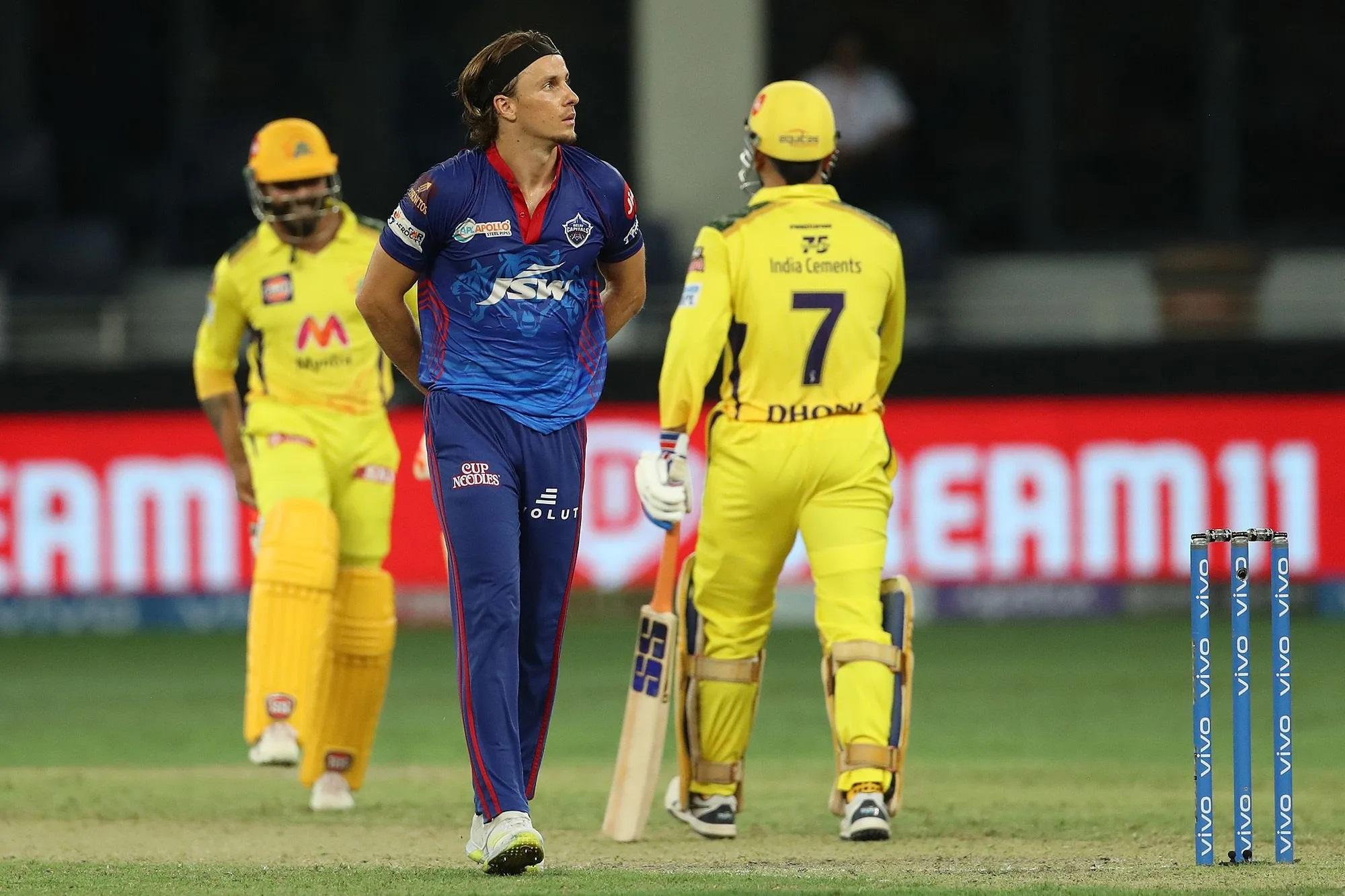 20वें ओवर में सबको उम्मीद थी कि 13 रन चाहिए तो कगिसो रबाड़ा ही बॉलिंग करेंगे, लेकिन पंत ने एक चौंकाने वाला फैसला किया। उन्होंने अपना पहला मैच खेल रहे टॉम करन को गेंद थमा दी। स्ट्राइक एंड पर मोइन अली खड़े थे। पहली गेंद पर मोइन ने ऑन साइड पर पुल के अंदाज में एक स्ट्रोक तो लगाया मगर गेंद सीधे फील्डर के हाथ में गई। मोइन अली आउट हो गए। उधर स्टेडियम बच्ची दहाड़े मार-मार कर रोने लगी। इस IPL में पहली बार स्टेडियम में एक अम्मा को आंखे बंदकर के हाथ जोड़कर भगवान से धोनी को जीताने के लिए प्रर्थना करते हुए भी देखा गया।