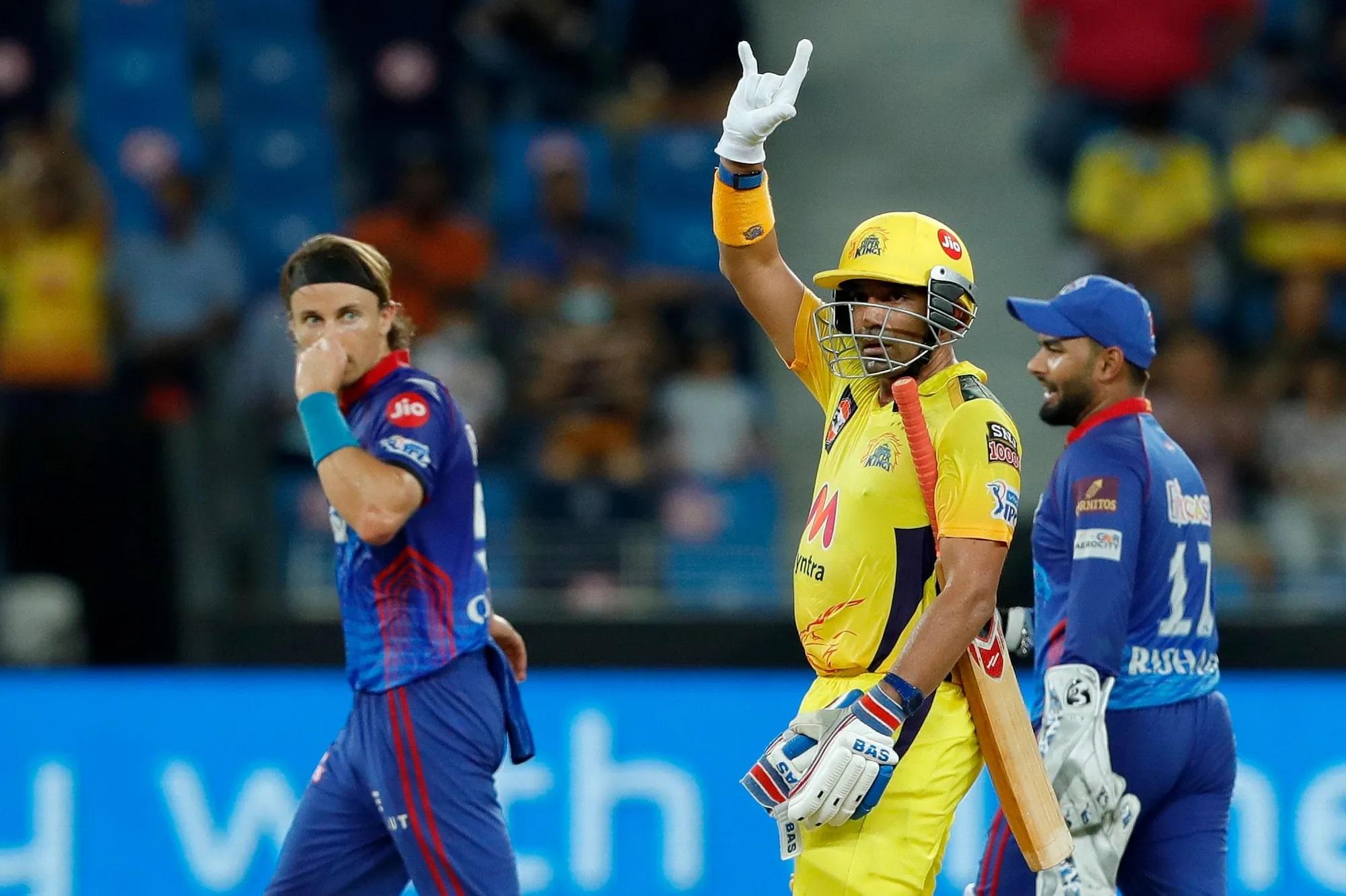 इस बल्लेबाज की 44 गेंद में 63 रन की एक बेहद काम की पारी धोनी के स्मार्टनेस का नतीजा है। नाम है रॉबिन उथप्पा। 2007 के वर्ल्डकप में ये धोनी के साथ थे। इन्हें धोनी ने रैना को बाहर कर के खिलाया और जरूरी मैच में नंबर तीन पर उतारा, जबकि उनके पास नंबर तीन के इन फॉर्म बल्लेबाज अंबाती रायडू थे। धोनी का ये फैसला एकदम सटीक बैठा। उथप्पा ने गायकवाड़ के साथ मिलकर 100 रन से ज्यादा की पार्टनरशिप कर डाली। उन्होंने आवेश खान के एक ओवर में 2 चौके और 2 छक्के की मदद से 20 रन भी ठोके।