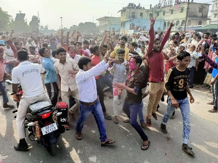 अररिया में जीत के बाद जश्न मनाते लोग। - Dainik Bhaskar