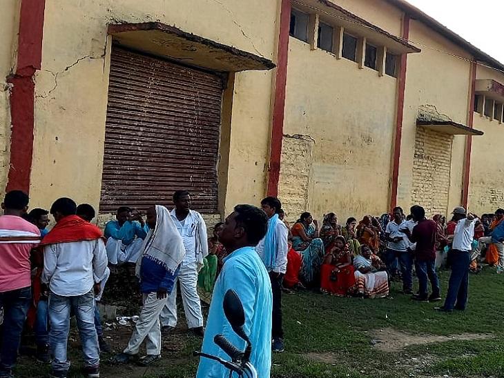 जीत की दावेदारी रखने वाले चारों प्रत्याशी और उनके समर्थक मतगणना हाॅल में डटे रहे हैं। - Dainik Bhaskar