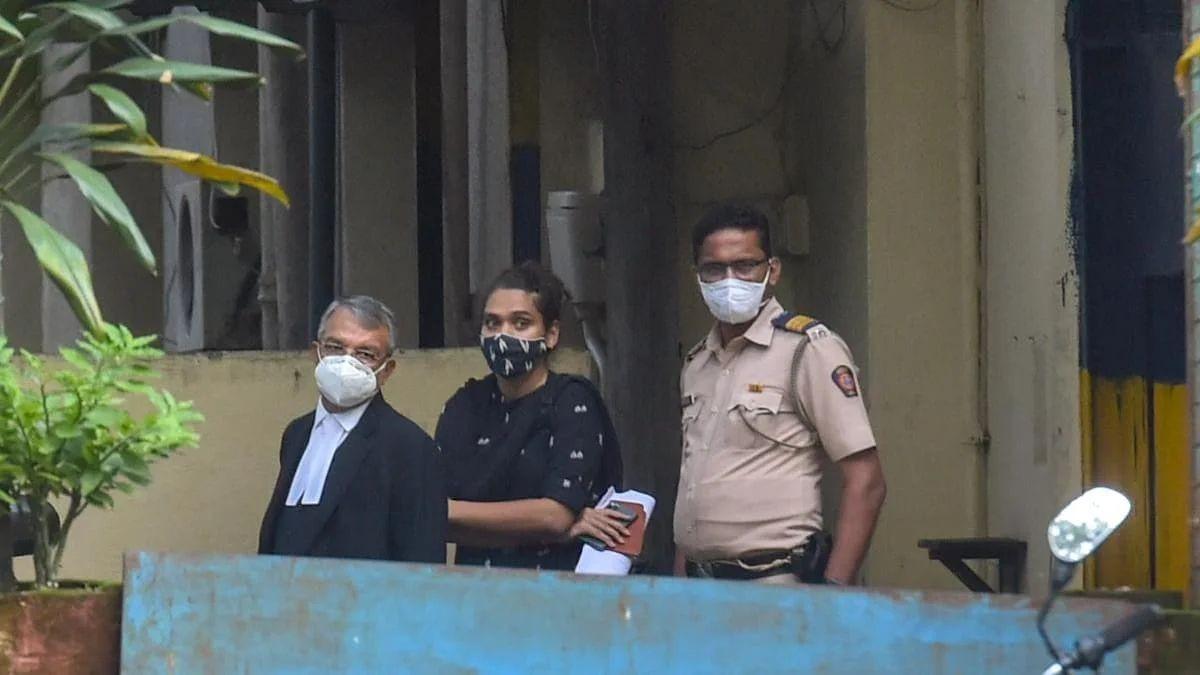 आर्यन के वकील सतीश मानशिंदे के साथ शाहरुख की मैनेजर पूजा ददलानी।