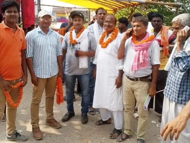 बेतिया में मतगणना परिसर के बाहर प्रत्याशी और उनके समर्थक। - Dainik Bhaskar