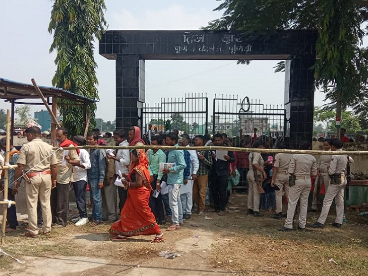 मतगणना स्थल के बाहर लगी भीड़। - Dainik Bhaskar