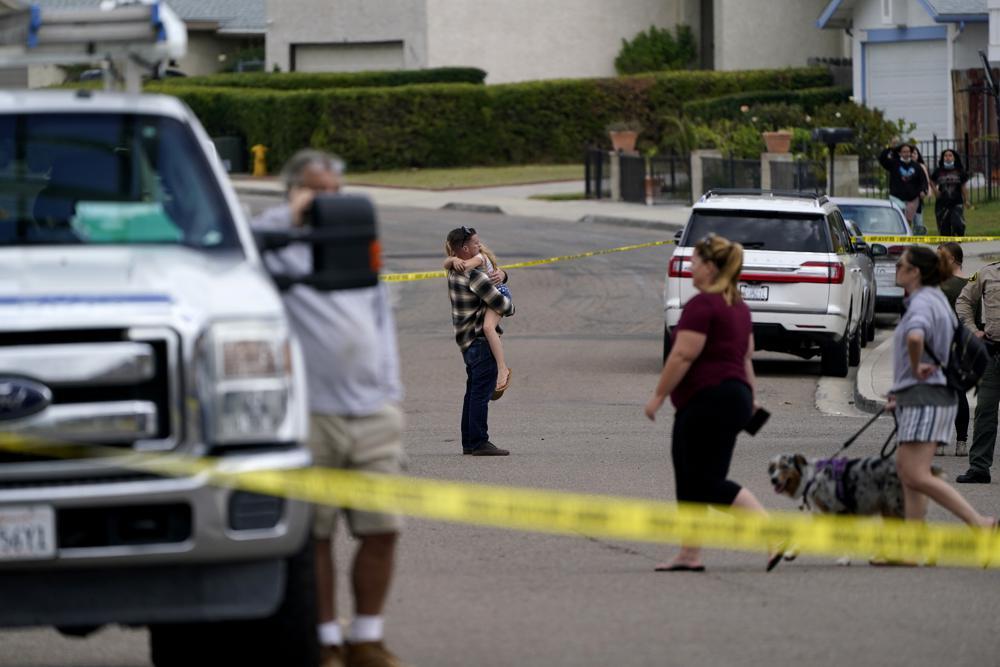 हादसे के बाद आस-पास के लोग दहशत में घरों से बाहर सड़क पर आ गए।