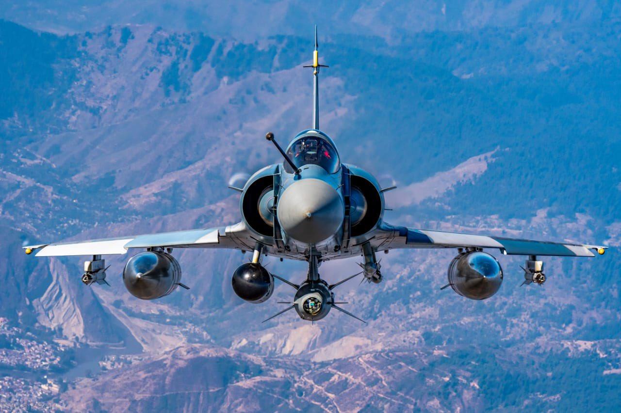 राफेल स्टार्ट होते ही ऊंचाई तक पहुंचने में दूसरे एयरक्राफ्ट से काफी आगे है। राफेल का रेट ऑफ क्लाइंब 300 मीटर प्रति सेकंड है, जो चीन-पाकिस्तान के विमानों को भी मात देता है।
