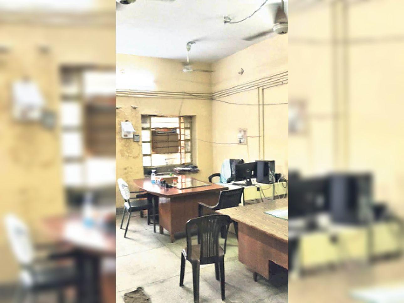 अफसर लापरवाह हैं पर आप न बनें; लंच के समय डिस्कॉम के 5 ऑफिस खाली, 20 पंखे और 35 ट्यूबलाइट जल रही थी|बांसवाड़ा,Banswara - Dainik Bhaskar
