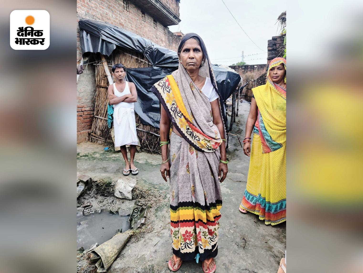 गांव की ज्यादातर महिलाएं और लड़कियां भी खुले में शौच करने को मजबूर हैं।